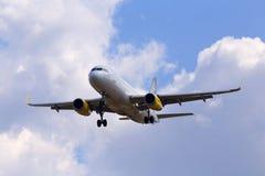 Flygplan för flygbuss A320-200 för EC-MJB Vueling på bakgrunden för molnig himmel Arkivfoton