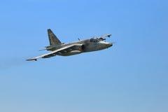 Flygplan för frontal attack Su-25 mot på blå himmel Royaltyfria Foton