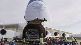 Flygplan för HD Antonov 225 Mriya med öppnad last stock video