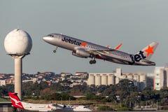 Flygplan för Jetstar Airways flygbuss som A320 tar av från Sydney Airport Royaltyfri Bild