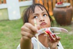 Flygplan för liten flickalekleksak Arkivfoton