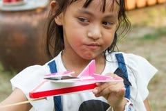 Flygplan för liten flickalekleksak Fotografering för Bildbyråer