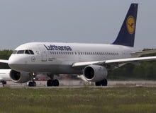 Flygplan för Lufthansa flygbuss som A319-100 förbereder sig för tagande-av från landningsbanan Arkivfoto