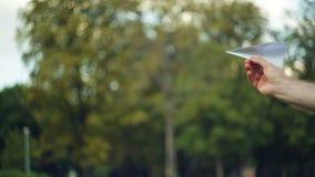 Flygplan för maninnehavpapper i sträckt hand, innan lansering den lager videofilmer