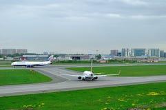 Flygplan för Transaero flygbolag Boeing 767-3P6ER och Boeing 737-85P i Pulkovo den internationella flygplatsen i St Petersburg, R Royaltyfri Bild