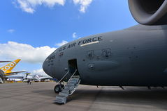 Flygplan för transport för C-17 Globemaster III för U.S.A.F. Boeing militärt på skärm på Singapore Airshow Royaltyfria Bilder