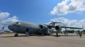 Flygplan för transport för C-17 Globemaster III för U.S.A.F. Boeing militärt på skärm på Singapore Airshow Royaltyfri Bild