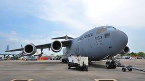 Flygplan för transport för C-17 Globemaster III för U.S.A.F. Boeing stort militärt på skärm på Singapore Airshow Royaltyfria Bilder