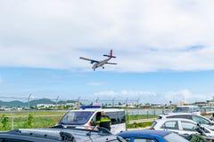 Flygplan för Windward Islands Airways WinAir tvilling- utter som DHC-6-300 förbereder sig att landa på prinsessan Juliana Interna arkivfoton