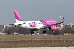 Flygplan för Wizz Air flygbuss A320 Fotografering för Bildbyråer