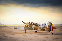 Flygplan för Yak 52 från laget Iacarii Acrobati som förbereder sig för tagande-av Arkivbilder