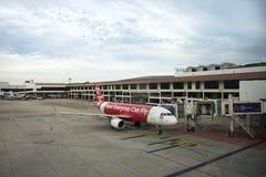Flygplan förbereder sig att ta av från landningsbana på Don Mueang Airport i Bangkok, Thailand Arkivbild