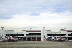 Flygplan förbereder sig att ta av från landningsbana på Don Mueang Airport i Bangkok, Thailand Royaltyfria Bilder