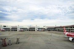 Flygplan förbereder sig att ta av från landningsbana på Don Mueang Airport i Bangkok, Thailand Fotografering för Bildbyråer