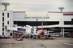 Flygplan förbereder sig att ta av från landningsbana på Don Mueang Airport i Bangkok, Thailand Arkivfoton