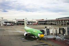 Flygplan förbereder sig att ta av från landningsbana på Don Mueang Airport i Bangkok, Thailand Royaltyfri Foto
