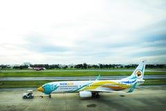 Flygplan förbereder sig att ta av från landningsbana på Don Mueang Airport i Bangkok, Thailand Arkivfoto