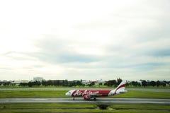 Flygplan förbereder sig att ta av från landningsbana på Don Mueang Airport i Bangkok, Thailand Royaltyfri Bild