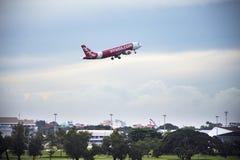 Flygplan förbereder sig att ta av från landningsbana på Don Mueang Airport i Bangkok, Thailand Arkivbilder