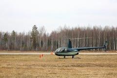 Flygplan - grön liten helikopter på parkeringen Fotografering för Bildbyråer