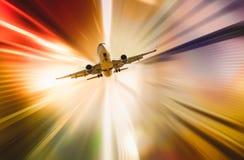 Flygplan i abstrakt solnedgångljus royaltyfria bilder