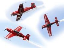 Flygplan i aerobatic flyg i de blåa himlarna Arkivfoto