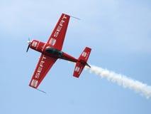 Flygplan i aerobatic flyg i de blåa himlarna Royaltyfria Bilder