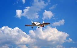 Flygplan i den blåa skyen med oklarheter Arkivfoton
