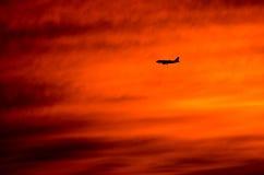 Flygplan i dramatisk solnedgång Fotografering för Bildbyråer