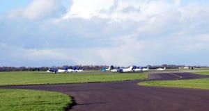 Flygplan i en flygplats Royaltyfri Fotografi