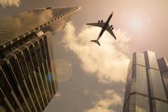 Flygplan i en guld- himmel Arkivbilder