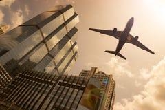 Flygplan i en guld- himmel Arkivfoto