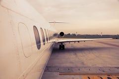 Flygplan i flygplats Fotografering för Bildbyråer
