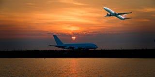 Flygplan i flykten med cirrusmolnmolnet i oranggehimmel australasian arkivfoton
