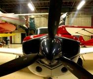 Flygplan i hängare fotografering för bildbyråer