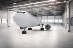 Flygplan i hangar Royaltyfri Bild