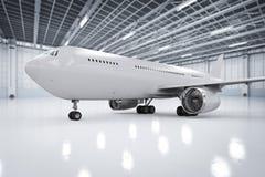 Flygplan i hangar Arkivbild