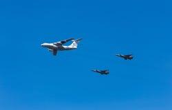 Flygplan i himlar över Moskva på Victory Day Arkivfoto