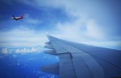 Flygplan i himlen Arkivbilder