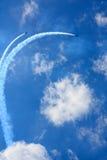 Flygplan i himlen på flygshow Royaltyfria Foton