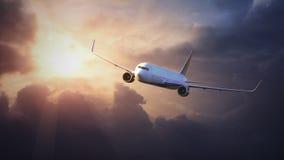Flygplan i himlen på solnedgången Arkivbild
