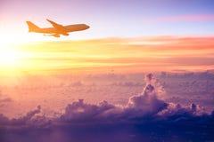 Flygplan i himlen på soluppgång royaltyfria foton