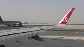 Flygplan i köen som åker taxi på landningsbanan lager videofilmer