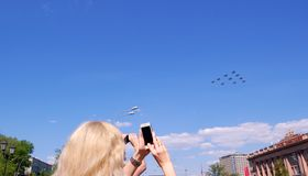 Flygplan i luften Arkivfoto