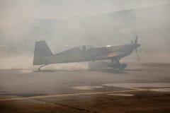 Flygplan i rök på jordningen Royaltyfria Foton