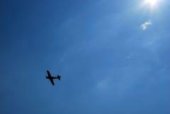 Flygplan i sky Arkivfoto