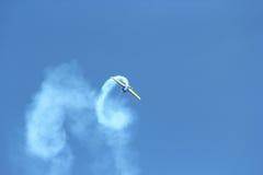 Flygplan i skyen Arkivbilder