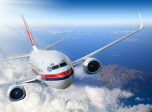 Flygplan i skyen royaltyfri foto