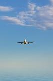 Flygplan i skyen Arkivbild