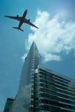 Flygplan i skyen Fotografering för Bildbyråer